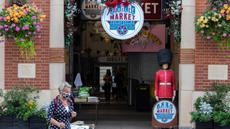 "Seorang perempuan yang mengenakan masker berjalan melewati Pasar Jubilee di London, Inggris, pada 21 September 2020. Menteri Kesehatan Matt Hancock pada Minggu (20/9) mengatakan Inggris sedang menghadapi ""titik kritis"" terkait pandemi corona COVID-19. (Xinhua/Han Yan)"