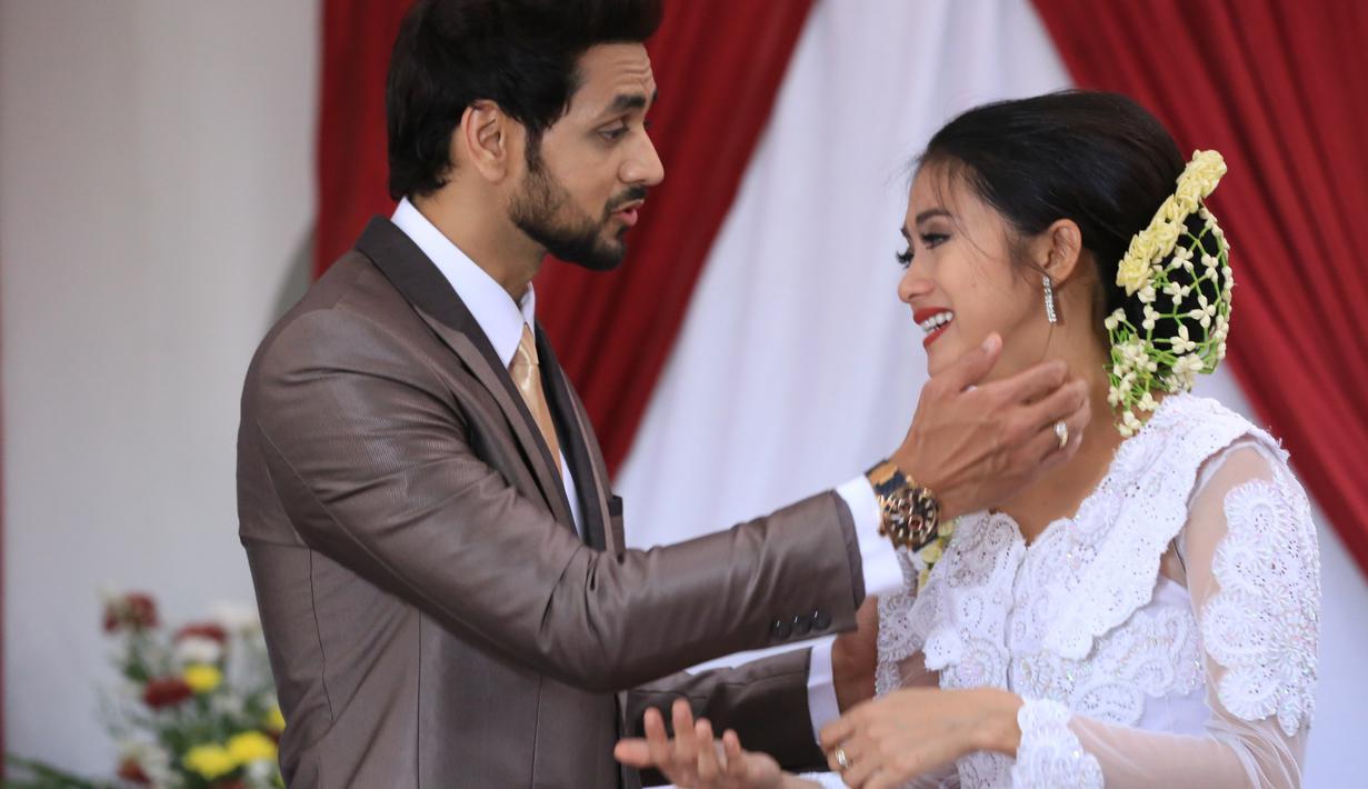 Shakti Arora, aktor tampan asal India ini memang pandai memikat hati wanita. Datang ke Indonesia bersama Radhika Madan, namun Shakti berpaling ke wanita lain yang bernama Rini Yulianti. (Adrian Putra/Bintang.com)