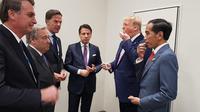 Presiden Jokowi berbincang santai dengan para pemimpin dunia. Saat obrolan berlangsung Presiden Amerika Serikat Donald Trump memberi permen ke Jokowi dan para pemimpin dunia lainnya (Dok.Instagram/@jokowi/https://www.instagram.com/p/BzPgYmShcwv/Komarudin)