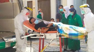 Petugas medis menjemput warga terinfeksi Covid-19 yang menjalani isolasi mandiri di rumah.