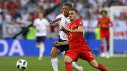 Striker Inggris, Jamie Vardy, berebut bola dengan bek Belgia, Thomas Vermaelen, pada laga grup G Piala Dunia di Stadion Kaliningrad, Kaliningrad, Rabu (28/6/2018). Belgia menang 1-0 atas inggris. (AP/Alastair Grant)