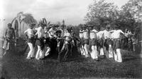 Pertunjukkan Tari Seudati di Samalanga, Bireun, Aceh (circa 1907)   via: wowshack.com