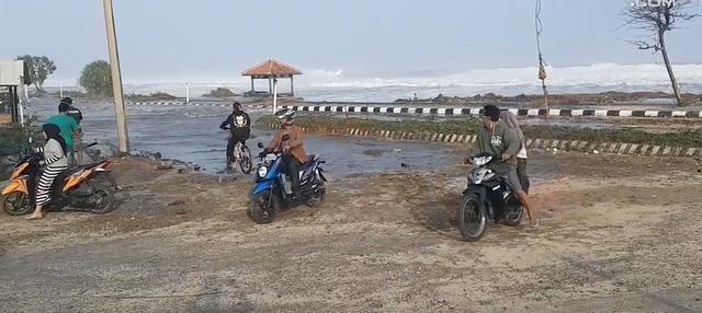 Gelombang tinggi yang terjadi di pantai selatan Jawa juga menghantam Garut. Warga yang ada di sekitar kejadian ketakutan dan kabur.