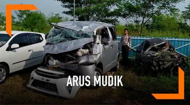 Diduga karena sopir mengantuk sebuah menibus terguling dan masuk ke dalam parit di jalan tol Cipali kilometer 129. 1 orang meninggal dunia dan 8 lainnya luka-luka