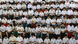 Santri melakukan salat berjamaah di Pesantren Tarbiyah Islamiyah Ar-Raudlatul Hasanah, Medan, Sumatera Utara (21/5). Setiap Ramadan para santri melakukan salat dan tadurus Alquran berjamaah. (Liputan6.com/Reza Perdana)