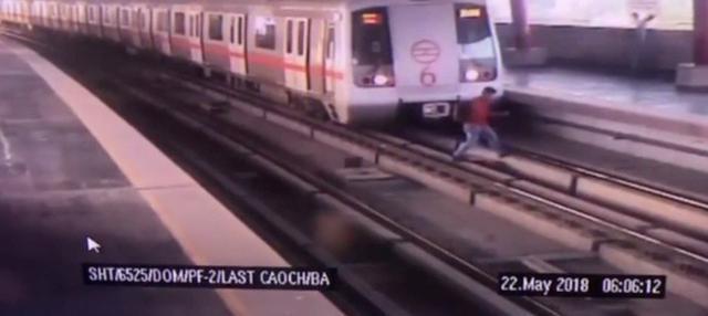 Seorang pria nekat menyeberang melewati rel kereta di Stasiun Shastri Nagar, India. Beruntung ia selamat tapi dikenai denda oleh petugas setempat.