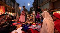 Sejumlah warga memilih pakaian untuk kebutuhan menyambut bulan Ramadan, di sebuah pasar di Rawalpindi, Pakistan, Rabu (1/6/2016). (REUTERS/Faisal Mahmood)