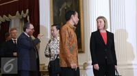 Presiden Jokowi berbincang dengan Wakil Presiden Uni Eropa Federica Mogherini beserta delegasi di Istana Negara, Jakarta, Jumat (8/5/2016). Indonesia mengupayakan diberikannya kerja sama pasar bebas dengan Uni Eropa. (Liputan6.com/Faizal Fanani)