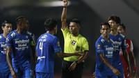 Bek Persib Bandung, Bayu Fiqri mendapat kartu kuning saat melawan Persija Jakarta dalam laga leg kedua final Piala Menpora 2021 di Stadion Manahan, Solo, Minggu (25/4/2021). (Bola.com/M Iqbal Ichsan)