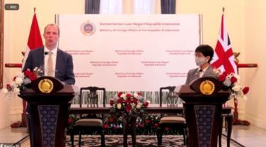 Press conference Menteri Luar Negeri Inggris Dominic Raab dan Menteri Luar Negeri RI Retno Marsudi di Jakarta pada Rabu (7/4/2021). (Photo credit: Kemlu RI via Zoom).