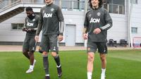 Edinson Cavani (kanan) berjalan bersama Nemanja Matic (tengah) untuk menjalani sesi latihan Manchester United. (Dok. Twitter/Manchester United)