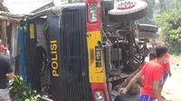 Truck Brimob terguling di Mojokerto (Liputan6.com/Dian Kurniawan)