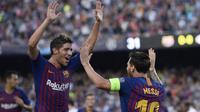 Gelandang Barcelona, Sergi Roberto, merayakan gol yang dicetak Lionel Messi ke gawang PSV Eindhoven pada laga Liga Champions di Stadion Camp Nou, Barcelona, Selasa (18/9/2018). Barcelona menang 4-0 atas PSV. (AFP/Josep Lago)