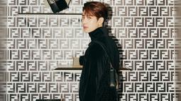 Tak hanya mengenakan kaus saja, Jackson juga cukup sering mengenakan jaket berwarna  hitam. Terkadang, ia juga menambahkan aksesoris seperti kalung dan gelang pada penampilannya. (Liputan6.com/IG/@jacksonwang852g7)