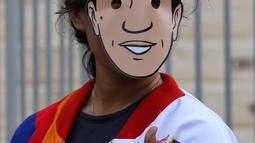Pendukung calon Presiden no urut 01 Joko Widodo berpose mengenakan topeng berwajah Jokowi di Istora Senayan, Jakarta, Minggu (10/3). Acara Festival Satu Indonesia yang dibuka Presiden Jokowi dihadiri kaum milenial. (Liputan6.com/Johan Tallo)