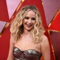 Jennifer Lawrence merasa berhutang budi atas jasa neneknya yang menyarankan soal perawatan kecantikan. (ANGELA WEISS / AFP)