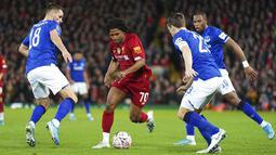 Pemain Liverpool, Yasser Larouci, berusaha melewati pemain Everton pada laga Piala FA di Stadion Anfield, Minggu (5/1/2020). Liverpool menang 1-0 atas Everton. (AP/Jon Super)