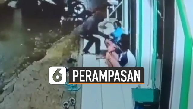 Terekam kamera CCTV mushola, beberapa remaja menjadi sasaran perampasan handphone.