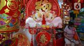 Aneka pernak-pernik Tahun Baru Imlek 2572 dijual di Pasar Petak Sembilan, Glodok, Jakarta, Kamis (21/1/2021). Perayaan Imlek tahun ini akan jatuh pada tanggal 12 Febuari 2021. (merdeka.com/Imam Buhori)