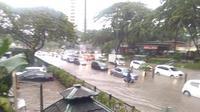 Kawasan elite Lippo Karawaci di Kelapa Dua, Kabupaten Tangerang, sempat tergenang banjir hingga 50 cm pada Selasa (13/11/2018) siang. (Liputan6.com/Pramita Tristiawati)