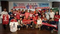 Para penggemar Bayern Munchen di Indonesia berfoto bersama legenda The Bavarians, Martin Demichelis, dalam meet and greet yang digelar di Kantor Kapanlagi Youniverse, Menteng, Jakarta Pusat, Minggu (23/6/2019) pagi. (Bola.net/Fitri Apriani)