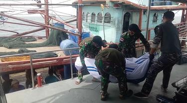 Foto: TNI AL Lakukan Proses Evakuasi Korban KM United Yang Terbakar dan Tenggelam di Perairan Berhala