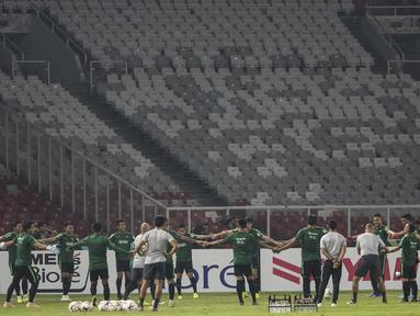Para pemain Timnas Indonesia membentuk lingkaran saat latihan di SUGBK, Jakarta, Senin (12/11). Latihan ini persiapan jelang laga Piala AFF 2018 melawan Timor Leste. (Bola.com/Vitalis Yogi Trisna)