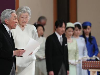 Kaisar Akihito didampingi Permaisuri Michiko menyampaikan pidato saat upacara turun takhta di Istana Kekaisaran, Tokyo, Jepang, Jumat (30/4/2019). Ritual turun takhta ini disebut dengan Taiirei-Seiden-no-gi. (Japan Pool/Pool via REUTERS)