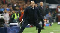 Pelatih Real Madrid, Zinedine Zidane, memberikan instruksi saat melawan Galatasaray pada laga Liga Champions di Stadion Ali Sami Yen Spor, Istanbul, Selasa (22/10). Galatasaray kalah 0-1 dari Madrid. (AFP/Gokhan Kilicer)