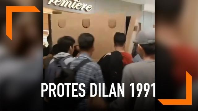 Sejumlah mahasiswa memprotes pemutaran film Dilan 1991 di Mal Panakukang, Makassar. Mereka bahkan coba menutup akses pintu masuk ke bioskop.