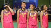 Para pebasket Surabaya Fever, tersenyum usai menjadi juara seri pertama Srikandi Cup 2017 di GOR Flying Wheel, Makassar, Sabtu (2/12/2017). Surabaya Fever juara setelah mengalahkan Merpati Bali 67-48. (Bola.com/Andhika Putra)