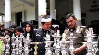 Bupati Dedi Mulyadi bersama Satpol PP Kabupaten Purwakarta menghancurkan barang bukti hasil razia berupa alat isap rokok shisha. (Liputan6.com/Abramena)