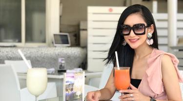 Zora Vidyanata, aktris kelahiran Pontianak ini pemain sinetron yang sudah aktif sejak 2000 silam. Beberapa karakter yang ia perankan kebanyakan adalah karakter anagonis. (Liputan6.com/IG/@zoravidyanata)