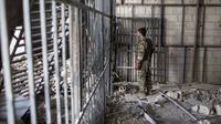 Anggota Syrian Democratic Forces pada Oktober 2017 di dalam penjara yang didirikan ISIS di Suriah (Asmaa Waguih/Associated Press)