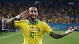 Penyerang Brasil, Neymar Jr berselebrasi usai mencetak gol ke gawang Kolombia selama laga uji coba di Hard Rock Stadium, Florida (7/9/2019). Brasil dan Kolombia bermain imbang 2-2. (AFP Photo/Rhona Wise)