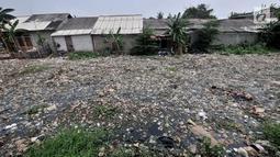 Tumpukan sampah yang memenuhi Kali Pisang Batu di Tarumajaya, Kabupaten Bekasi, Jawa Barat, Rabu (9/1). Tumpukan sampah itu memenuhi aliran Kali Pisang Batu sejak 2 bulan lalu hingga mencapai 1,5 kilometer. (Merdeka.com/Iqbal S Nugroho)