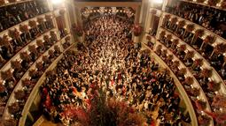 Suasana di Gedung Opera Nasional Wina, Austria, saat ratusan pasangan penari tampil pada pembukaan acara tradisional Opera Ball, Kamis (23/). Acara tahunan masyarakat Austria ini sempat terhenti akibat perang dunia ke-2 di Eropa. (AP Photo/Ronald Zak)