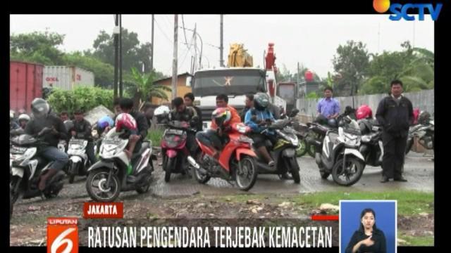 Macet terjadi di ruas jalan arah Cakung, Jakarta Timur, menuju Cilincing, Jakarta Utara.
