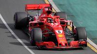 Pembalap Ferrari Sebastian Vettel mengemudikan mobilnya selama Grand Prix Formula Satu Australia di Melbourne, (25/3). Rekan tim Vettel, Kimi Raikkonen, menyelesaikan balapan di posisi ketiga. Dia berselisih 6,309 detik. (AP Photo / Rick Rycroft)