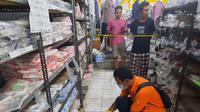 Seonggok janin yang masih berlumur darah ditemukan di lantai sebuah mini market di Kecamatan Manggelewa, Kabupaten Dompu, Nusa Tenggara Barat. (Liputan6/ Miftahul Yani)