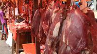 Pedagang memotong daging sapi dan kerbau yang dijual di Pasar Ciledug, Tangerang, Rabu (13/6). Dua hari menjelang Lebaran, pedagang daging musiman menjamur dengan menggelar dagangan di pinggir-pingir jalan. (Liputan6.com/Angga Yuniar)