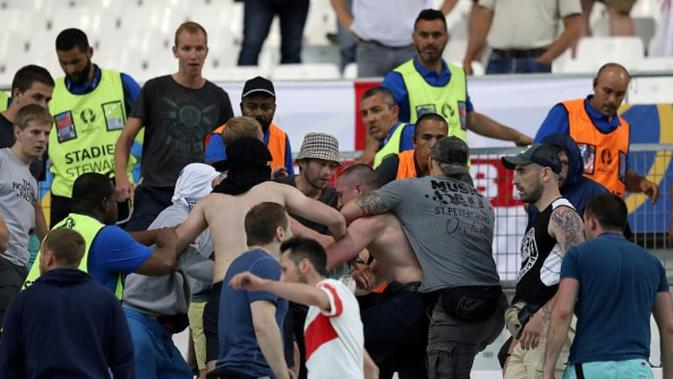Oknum suporter Inggris dan Rusia terlibat kerusuhan pada laga kedua negara di Stade Velodrome, Marseille, Sabtu (11/6/2016). (AFP/Valery Hache)