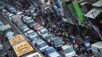 Selain karena jalan yang semakin menyempit. Para pengendara yang berhenti melihat pembongkaran ruko juga menjadi penyebab macetnya jalan di Jatinegara Barat, Jakarta Timur, Kamis (28/8/2014) (Liputan6.com/Faizal Fanani)