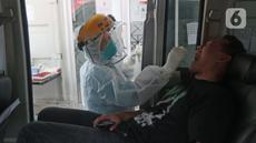Petugas kesehatan mengambil sampel lendir saat tes usap (swab test) PCR di Jakarta, Senin (25/10/2021). Presiden Joko Widodo atau Jokowi mengarahkan untuk menurunkan harga tes PCR menjadi Rp300 ribu dan masa berlaku pemeriksaan diperpanjang 3x24 jam.  (Liputan6.com/Herman Zakharia)