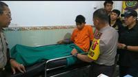 Salah satu komplotan pembunuh sopir taksi online di Palembang yang berhasil ditangkap. Anggota komplotan lainnya ditembak mati oleh polisi (Liputan6.com / Nefri Inge)
