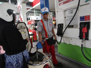 Petugas mengisi Bahan Bakar Minyak (BBM) kedalam tangki kendaraan roda dua di SPBU, Jakarta, Sabtu (5/1/2019). PT Pertamina (Persero) akhirnya menurunkan harga BBM Pertamax Cs per- Sabtu (5/1) pukul 00;00 WIB. (Liputan6.com/Angga Yuniar)