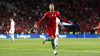 Penyerang Portugal, Cristiano Ronaldo, melakukan selebrasi usai mencetak gol ke gawang Swiss pada laga UEFA Nations League di Estadio Do Dragao pada Kamis (6/6) dini hari WIB. Portugal menang 3-1 atas Swiss. (AP/Armando Franca)