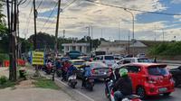 Akses pintu masuk Tol Sawangan di Jalan Raya Sawangan, Kecamatan Pancoran Mas, Kota Depok, kerap menimbulkan kemacetan. (Liputan6.com/Dicky Agung Prihanto)