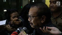 Mantan Gubernur Jatim, Soekarwo menjawab pertanyaan di gedung KPK, Jakarta, Rabu (28/8/2019). Soekarwo diperiksa sebagai saksi dugaan korupsi pembahasan, dan pengesahan APBD/APBD P Kab Tulungagung 2015-2018 dengan tersangka Ketua DPRD Tulungagung, Supriyono. (Liputan6.com/Helmi Fithriansyah)