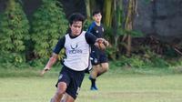 Aksi pemain muda PSIS Semarang, Bahril Fahreza dalam sebuah sesi latihan bersama rekan-rekannya di Stadion Citarum, Semarang, Sabtu (29/5/2021). (Dok PSIS Semarang)